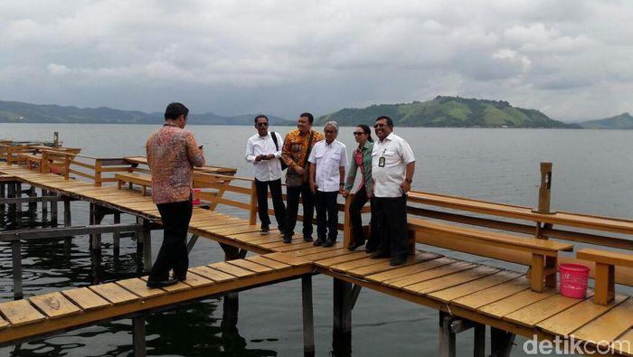 Menteri BUMN Rino Soemarno dan Direksi Pertamina berfoto bareng di Danau Sentani (Foto: Eduardo Simorangkir)