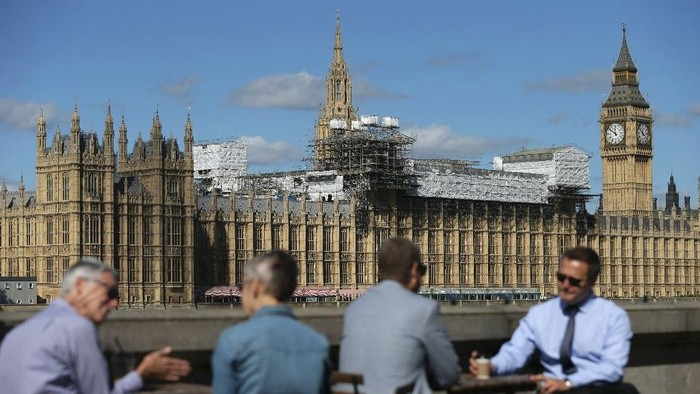 Londons Houses of Parliament, also known as the Palace of Westminster, serve both as the centre of British politics and iconic tourist attractions, famed for the Big Ben clock tower (AFP Photo/Daniel Leal-Olivas)
