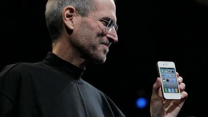 iPhone 4 di genggaman Steve Jobs. (Foto: Getty Images)
