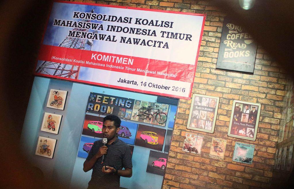 Rencana pemerintah menurunkan biaya interkoneksi seluler dari Rp 250 menjadi Rp 204 per menit mendapat penolakan keras dari kalangan mahasiswa di timur Indonesia.