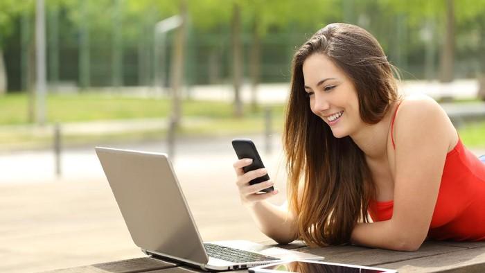 ilustrasi remaja gadget