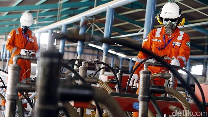 Petugas PGN memeriksa instalasi gas di pabrik genteng di Cirebon, Jawa Barat, Selasa (18/10/2016). Penggunaan gas bumi sebagai bahan bakar ramah lingkungan memberikan keuntungan bagi pabrik-pabrik di daerah Cirebon karena kehematan dan segi keamanannya.