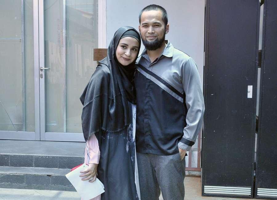 Teuku Wisnu dan Shireen Sungkar Serasi dalam Busana Abu-abu