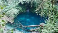 Danau Kaco memiliki air sebening kaca. Kabarnya saat malam, danau ini memancarkan cahaya yang terang. (Juli Juhendi/dTraveler)