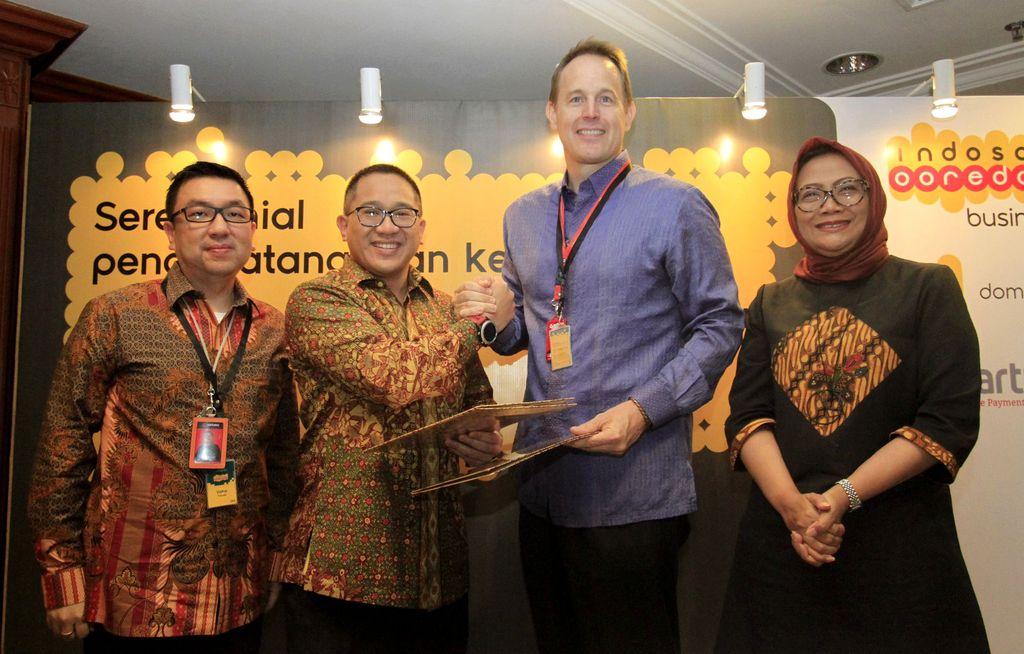 President Director & CEO Indosat Ooredoo Alexander Rusli dan Presiden Direktur PT Multi Adiprakarsa Manunggal Thomas K Husted melakukan salam komando usai menandatangani kerja sama di Jakarta, Rabu (19/10/2016).