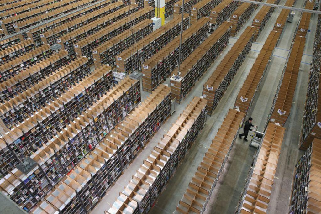 Amazon memiliki banyak gudang di berbagai negara. Salah satunya di wilayah Brieselang, Jerman ini. Tampak gudang mereka begitu luasnya. Foto: Getty Images