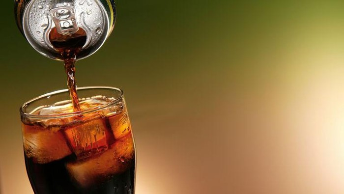 Minum obat pakai air soda punya efek bisa bikin meninggal? (Foto: Getty Images)
