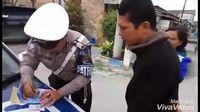 Unik, Polisi Ini Ajak Pelanggar Lalu Lintas Berdoa Sebelum Menilang