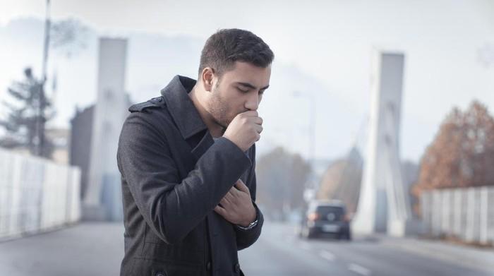 Saat batuk, potongan paru-paru seorang pria ikut keluar. (Foto: Thinkstock)