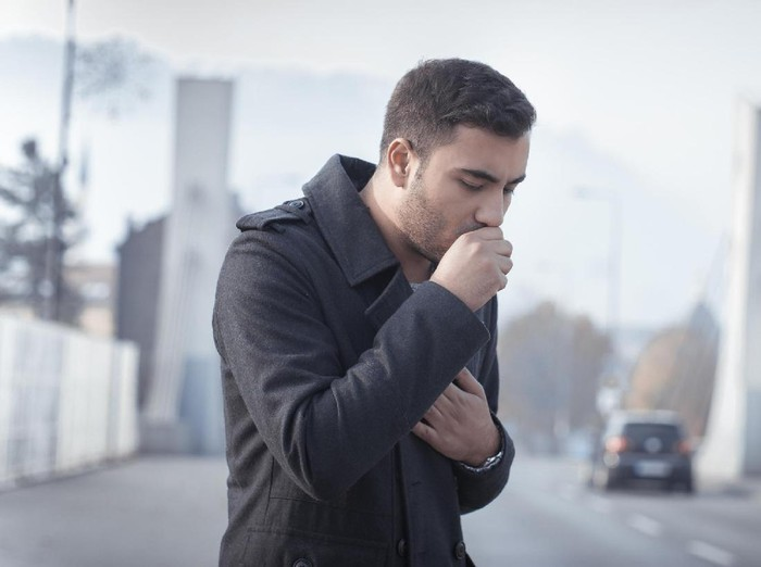 Baik batuk kering atau menghasilkan lendir Anda tetap harus waspada, terlebih ketika batuknya tidak kunjung sembuh dalam waktu lama. Batuk memang sering berkaitan dengan flu atau infeksi, tapi ini akan hilang dalam satu atau dua minggu. Foto: Ilustrasi/Thinkstock