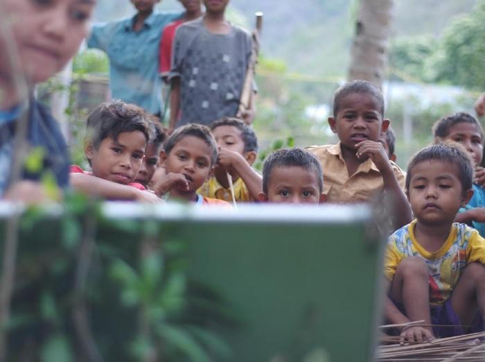 Guru Honorer tengah mengajari anak-anak Suku Kaili Unde