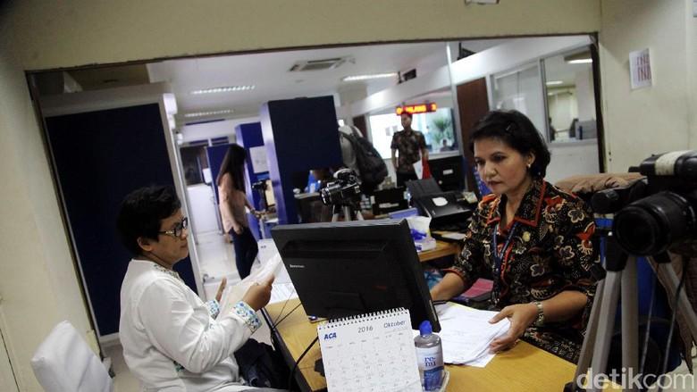 Bagi yang ingin ke luar negeri, paspor merupakan dokumen utama. Untuk membuat paspor harus melewati sejumlah langkah. Begini proses pembuatan paspor di kantor Imigrasi Jakarta Pusat.