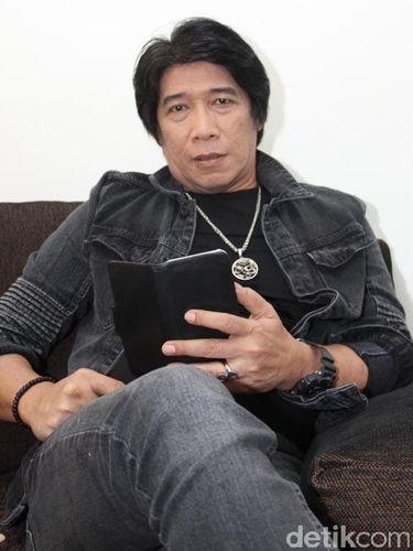 Sembari menunggu giliran dimake-up untuk acara syuting 'Opera Van Java', pelawak Parto 'Patrio' nyantai.