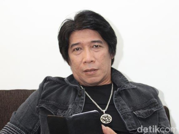 Sembari menunggu giliran dimake-up untuk acara syuting Opera Van Java, pelawak Parto Patrio nyantai.