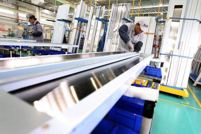 Para pekerja melakukan proses produksi lift milik Mitsubishi di pabrik Karawang. Pool/dok. Mitsubishi.