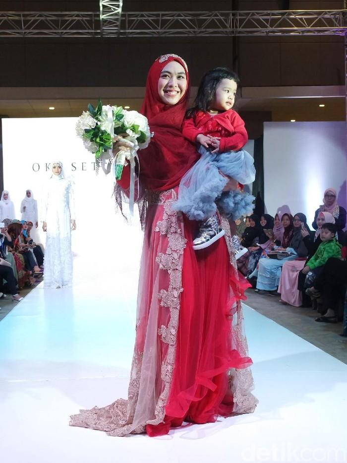 Oki Setiana Dewi Pamerkan Gaun Pengantin Syar I Di International Islamic Fair