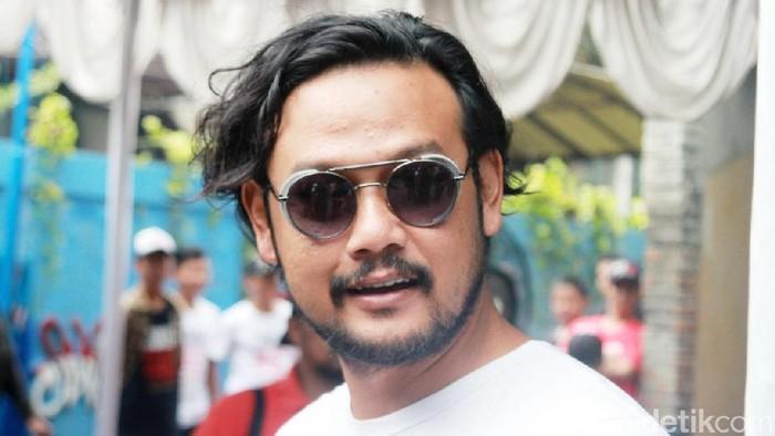 Aktor Dwi Sasono tampil dalam sebuah acara di kawasan Pancoran, Jakarta Selatan, akhir pekan kemarin. Dia tampil nyentrik.