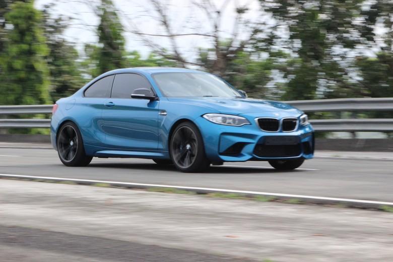 BMW M2 dibawa ngebut di sirkuit Proving Ground Bridgestone. Kalau mau ngebut sebaiknya di sirkuit. Foto: Rangga Rahadiansyah