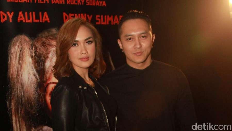 Demian dan Sara Wijayanto Mesra-mesraan