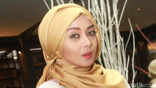 Terry Putri Setia dengan Busana Muslim Bernuansa Pink