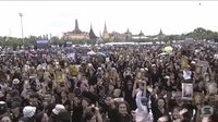 Warga Thailand Berkumpul untuk menyanyikan lagu kerajaan di depan Bangkok Grand Palace