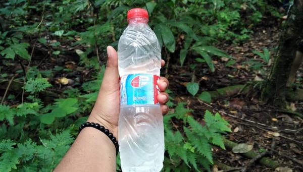 Air Kalibiru ini suhunya bisa sangat dingin. Jika traveler bawa botol air mineral plastik bekas, kemudian diisi oleh air dari Kalibiru, maka rasanya air tersebut seperti baru keluar dari kulkas (Wahyu Setyo Widodo/detikcom)