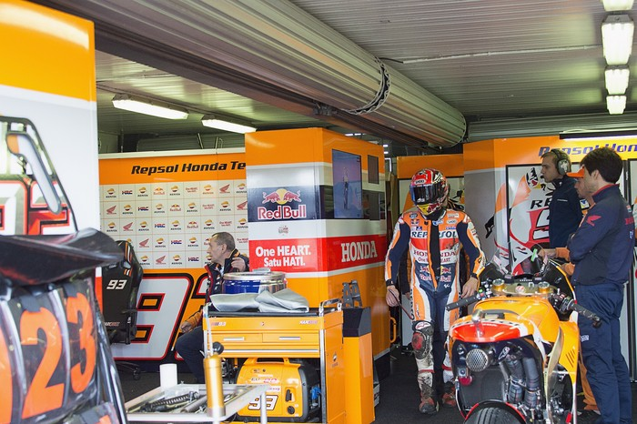 PHILLIP ISLAND, VICTORIA - OCTOBER 23: Marc Marquez of Spainand Repsol Honda Team returns in box after crashed out during the MotoGP race during the MotoGP of Australia - Race during the 2016 MotoGP of Australia at Phillip Island Grand Prix Circuit on October 23, 2016 in Phillip Island, Australia.  (Photo by Mirco Lazzari gp/Getty Images)