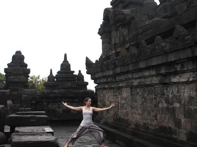 Traveler Cantik Ini Keliling Dunia Sambil Yoga