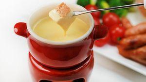 Cheese Fondue Gurih yang Enak untuk Cocolan Roti hingga Daging