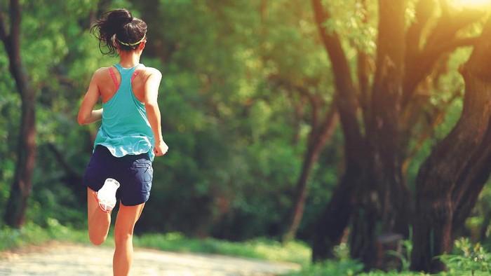 Bersama-sama dengan skipping atau lompat tali, lari menempati urutan teratas daftar olahraga paling efektif membakar kalori menurut Mayo Clinics. Tercatat, olahraga tersebut membakar 861-1.074 kalori tiap 60 menit. Foto: thinkstock