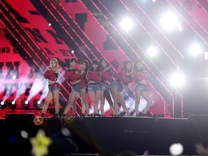 <i>Daebak</i>! Aksi Para Idol Kpop di Busan One Asia Festival 2016 (2)