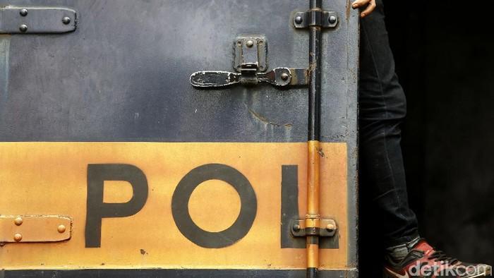 Puluhan petugas Satpol PP dari Pemkot Jakarta Selatan melakukan razia Penyandang Masalah Kesejahteraan Sosial (PMKS) di kawasan Blok M, Kamis (27/10/2016). Lima PMKS berhasil diamankan.