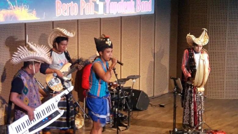 Foto: Berto Pah saat bermain musik di Galeri Indonesia Kaya, Jakarta (Kurnia/detikTravel)