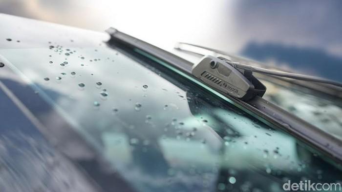 Bosch melalui Divisi Automotive Aftermarket (AA) baru-baru ini meluncurkan wiper flat-blade terbarunya, yakni Bosch Clear Advantage, yang memberikan performa unggul untuk mobil-mobil Asia bahkan di kondisi cuaca ekstrem sekalipun. Diperkuat teknologi flat-blade dari Bosch,  wiper Bosch Clear Advantage ini menggabungkan pegas baja tunggal dan formulasi karet eksklusif yang menghadirkan distribusi tekanan yang merata ke seluruh bilah wiper dan kaca depan mobil.