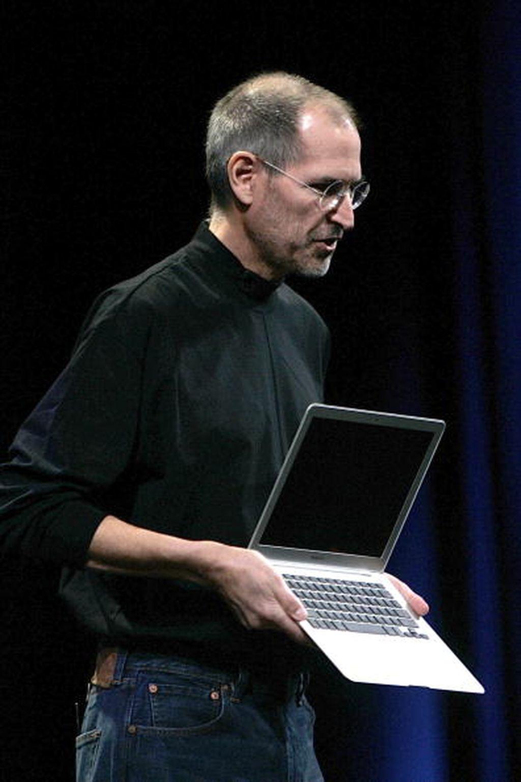 MacBook Air dilahirkan Apple di era kepemimpinan Steve Jobs. Ia memperkenalkannya di ajang konferensi MacWorld di awal tahun 2008. Foto: Getty Images