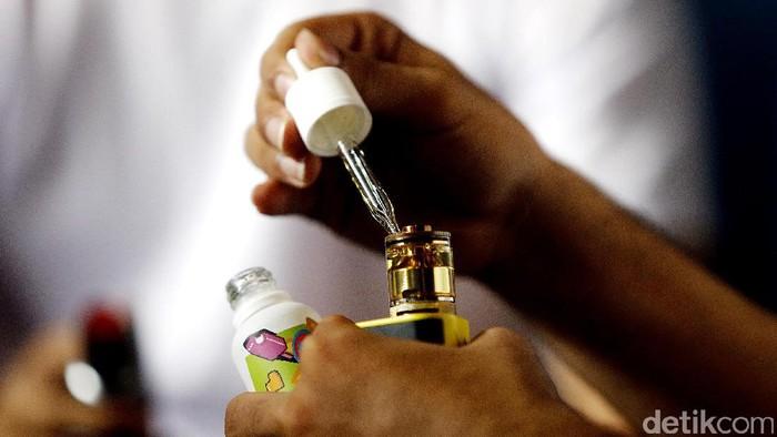Rokok elektronik menggunakan baterai bekerja dengan cara memanaskan cairan di dalam tabung atau vaping.