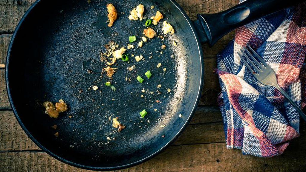 Gaya Kocak Bocah Saat Memperagakan Masak