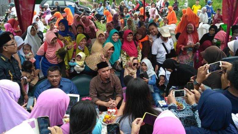 Hari Pertama Kampanye, Ahmad Dhani Sapa Warga di Pasar Cibitung