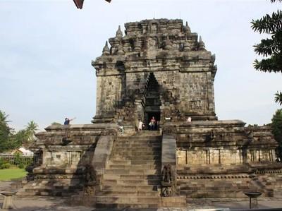 Candi Mendut yang Tak Kalah Bersejarah dari Borobudur