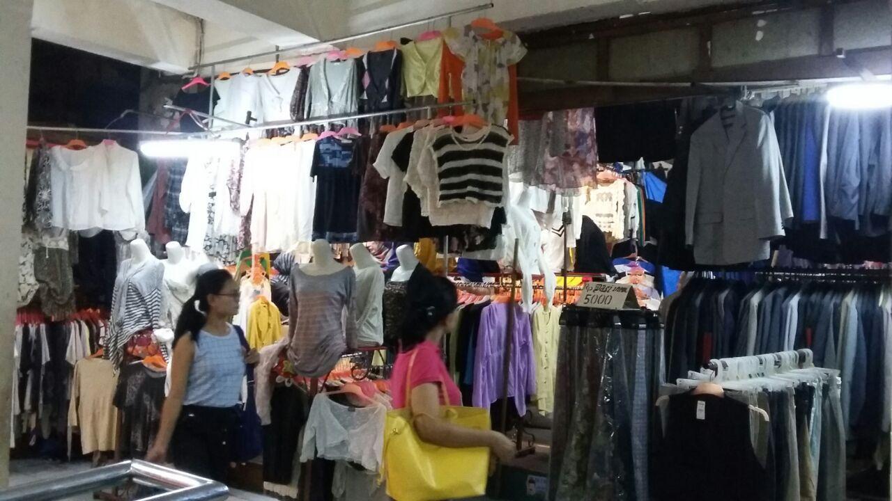 Penjual Baju Bekas di Pasar Senen
