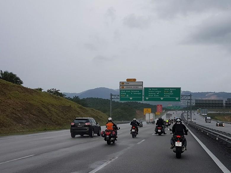 Ilustrasi, pengendara motor di jalan tol Malaysia (Foto: Rangga Rahadiansyah)