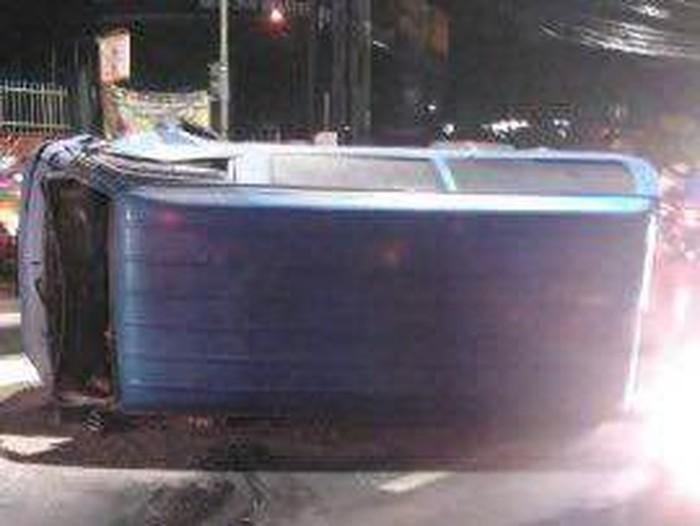 Foto: Mobil Suzuki Carry terbalik di Jalan Raya Bogor (Istimewa)