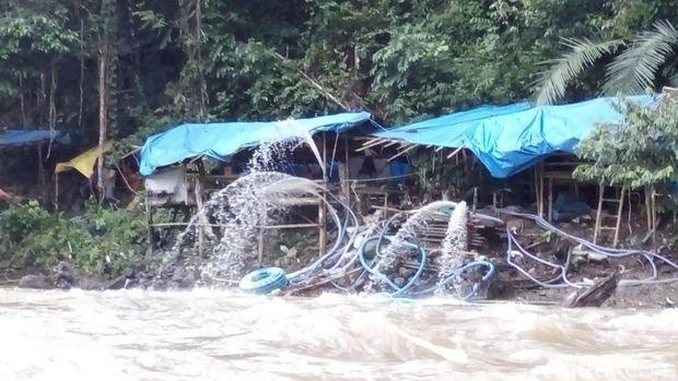 Upaya mengeringkan lubang menggunakan mesin penyedot air di lokasi longsor tambang di Jambi, Minggu (30/10/2016)