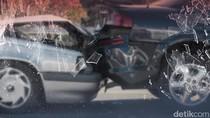 Satu Mobil Ringsek Usai Tabrak Separator di Jakbar
