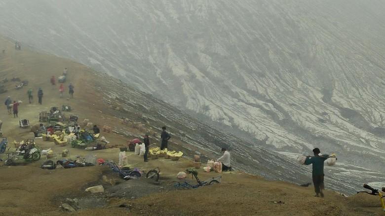 Foto: Penambang belerang di Kawah Ijen (Kartika Sari Tarigan/detikTravel)