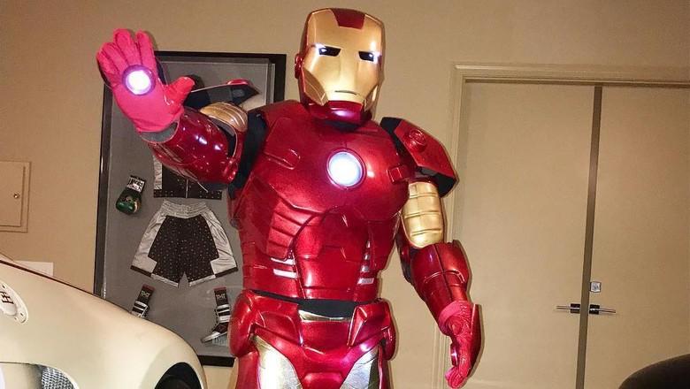 Kostum Halloween: Mayweather Jadi Superhero Kaya, Bouchard Tampil Seksi