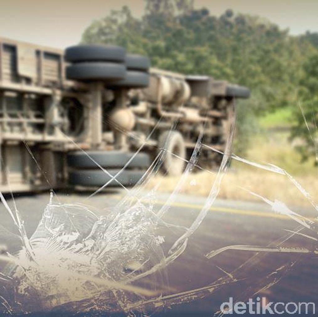 Truk Terguling di KM 19 Arah Bogor, Exit Tol Cimanggis Ditutup Sementara