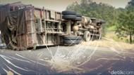 Truk Tabrak Pembatas Jalan di Dekat Pintu Masuk Tol Cikampek