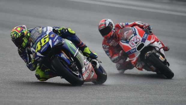 Valentino Rossi terjatuh saat berusaha mengejar Andrea Dovizioso.