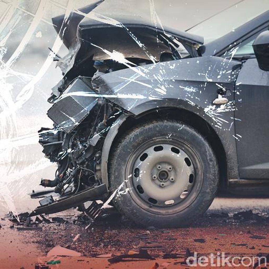 Mobil SUV Tabrak Pembatas Jalan di Gatot Subroto